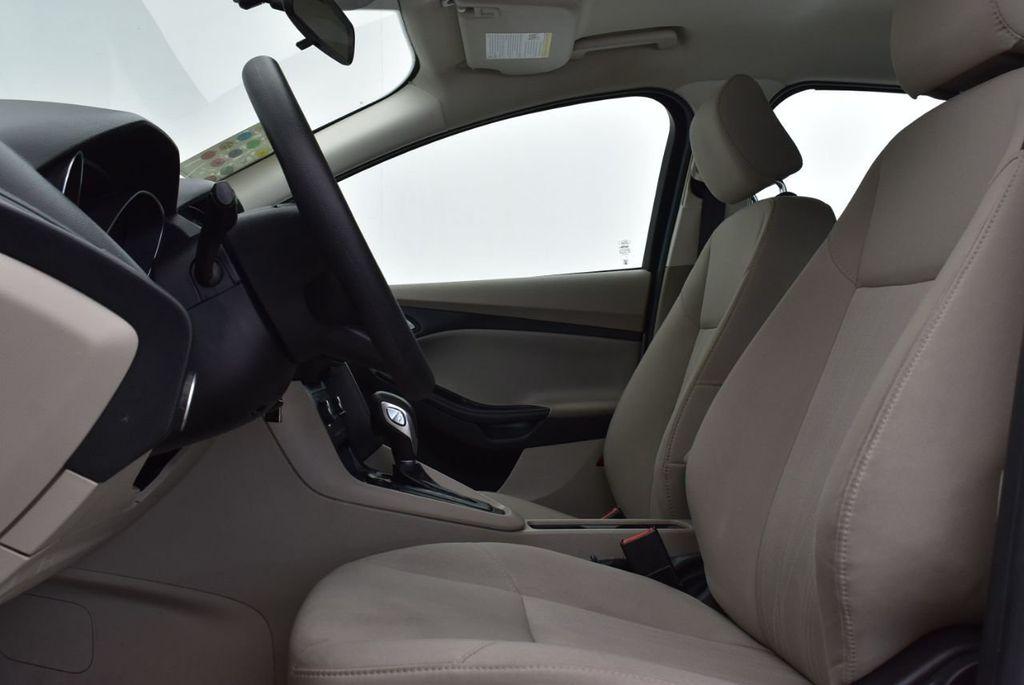 2017 Ford Focus SE Hatch - 18615536 - 12