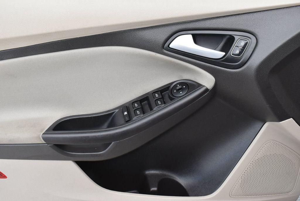 2017 Ford Focus SE Hatch - 18615536 - 13