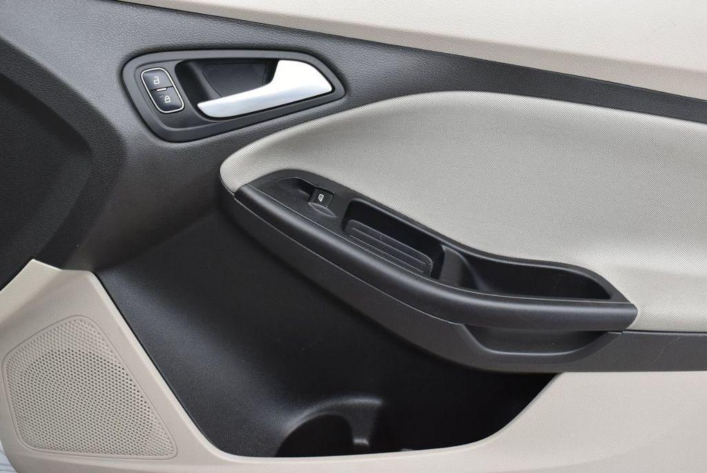 2017 Ford Focus SE Hatch - 18615536 - 15
