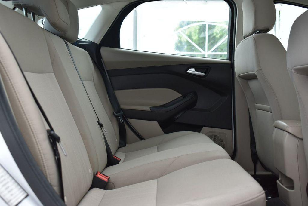 2017 Ford Focus SE Hatch - 18615536 - 16