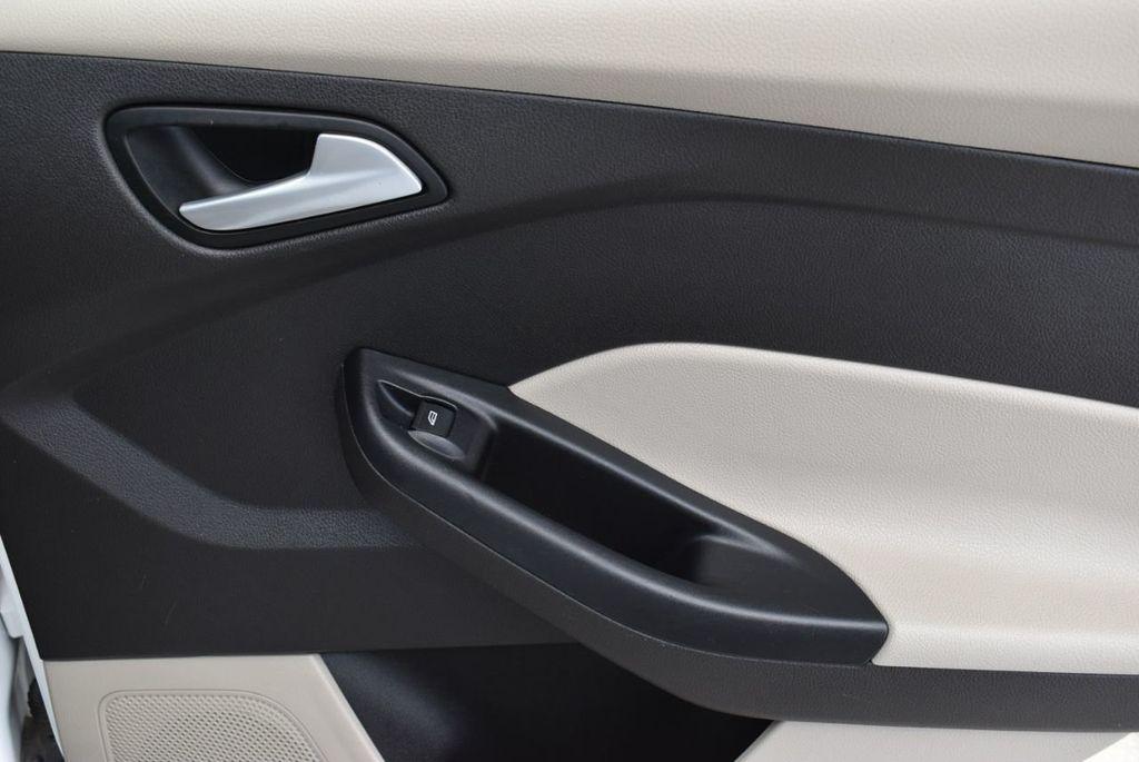 2017 Ford Focus SE Hatch - 18615536 - 17