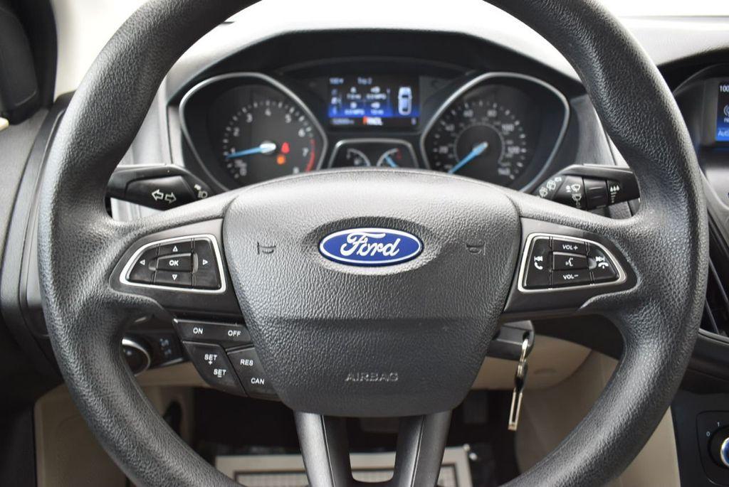 2017 Ford Focus SE Hatch - 18615536 - 19