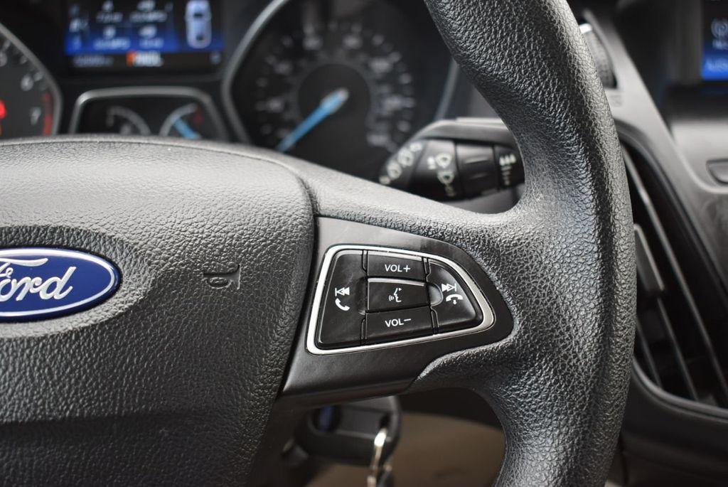 2017 Ford Focus SE Hatch - 18615536 - 20