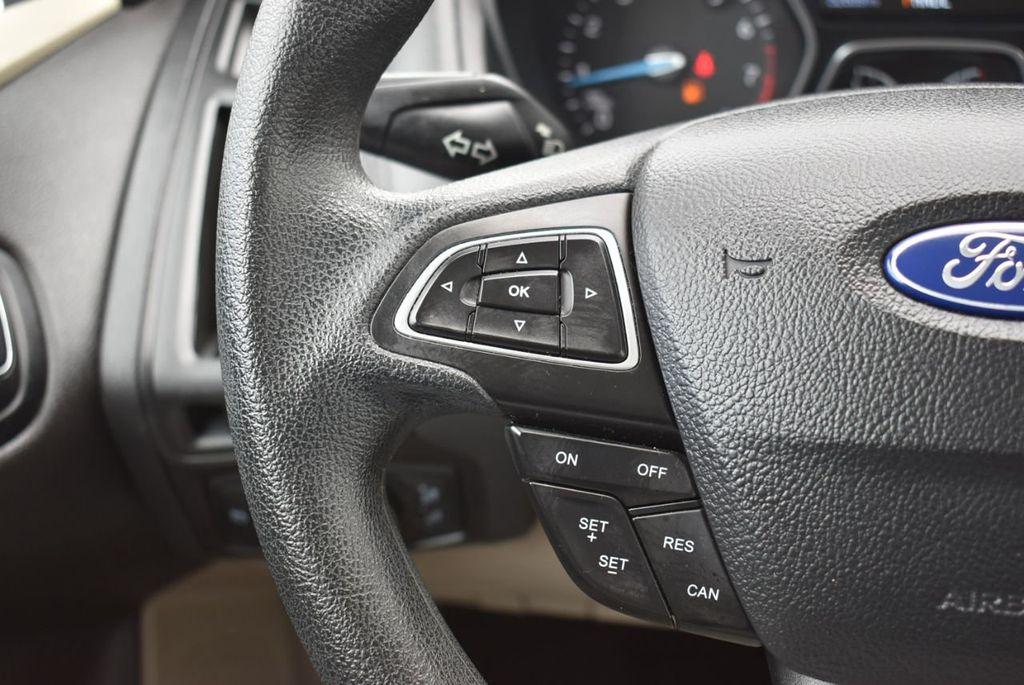 2017 Ford Focus SE Hatch - 18615536 - 21