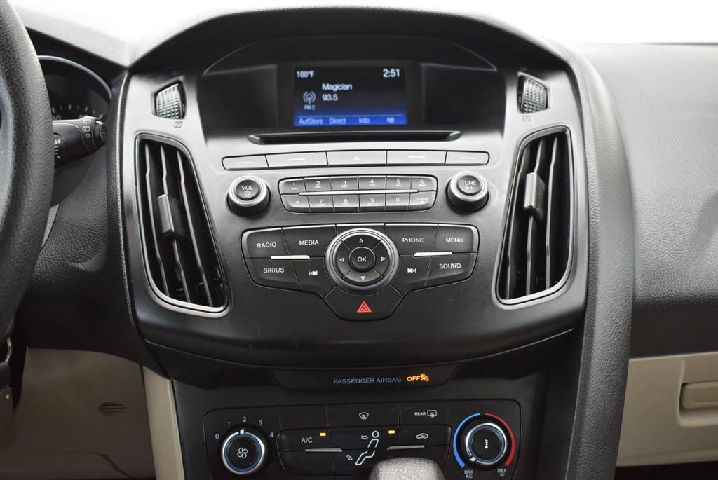 2017 Ford Focus SE Hatch - 18615536 - 22
