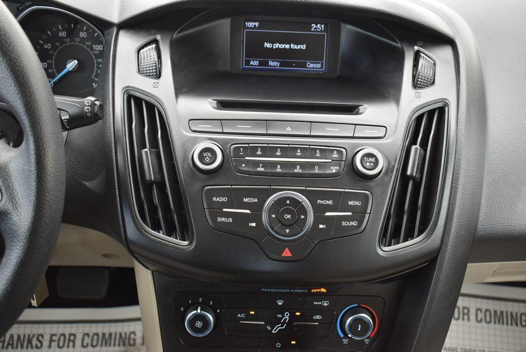2017 Ford Focus SE Hatch - 18615536 - 23