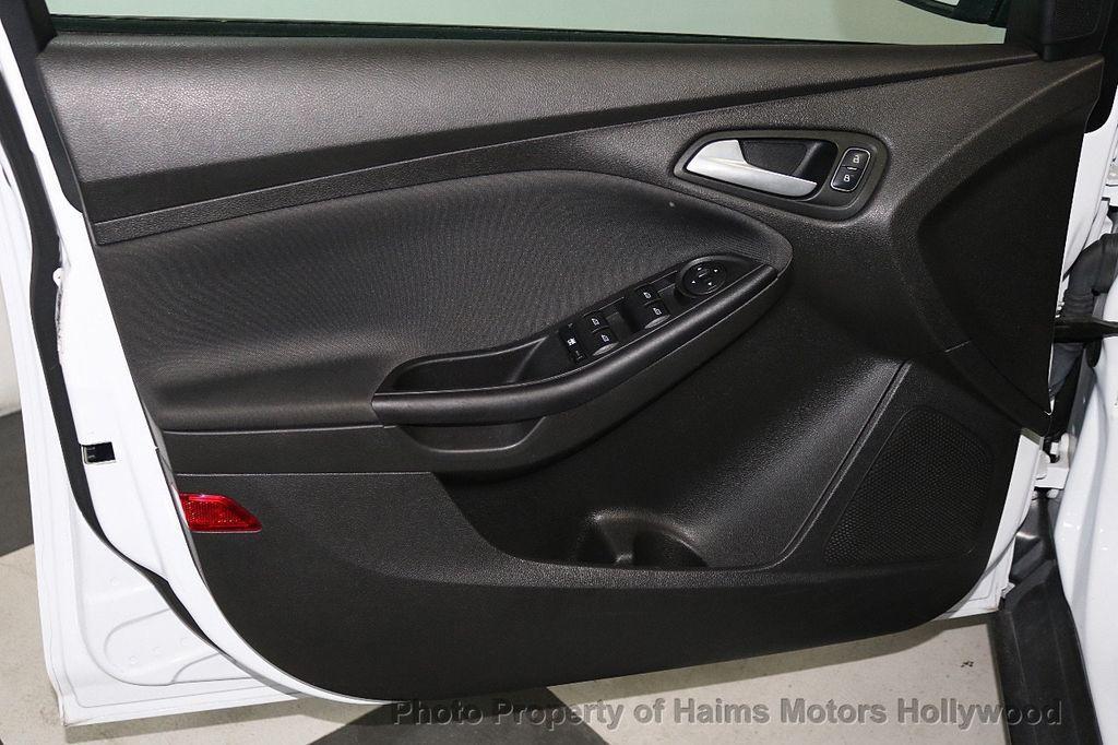 2017 Ford Focus SE Hatch - 18505374 - 9