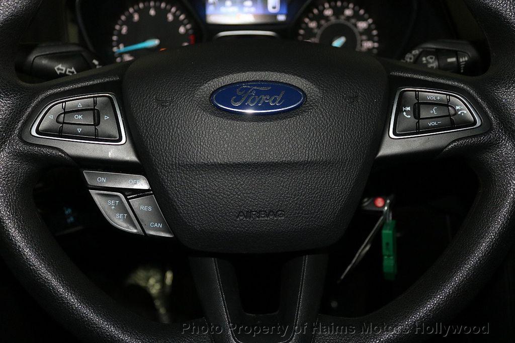2017 Ford Focus SE Hatch - 18505374 - 25