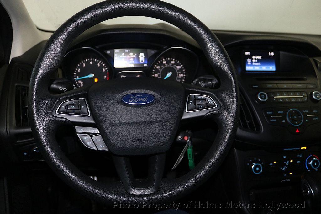 2017 Ford Focus SE Hatch - 18505374 - 26