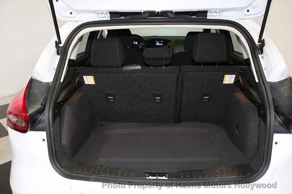 2017 Ford Focus SE Hatch - 18505374 - 8
