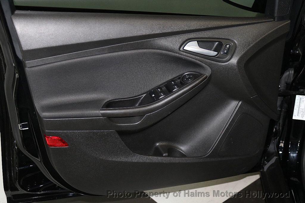 2017 Ford Focus SE Sedan - 17482577 - 10