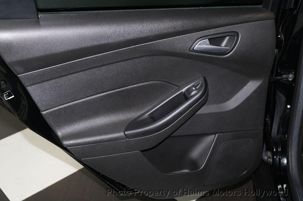 2017 Ford Focus SE Sedan - 17482577 - 11