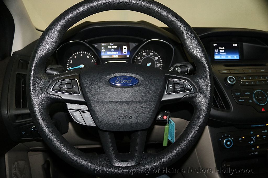 2017 Ford Focus SE Sedan - 17541979 - 26