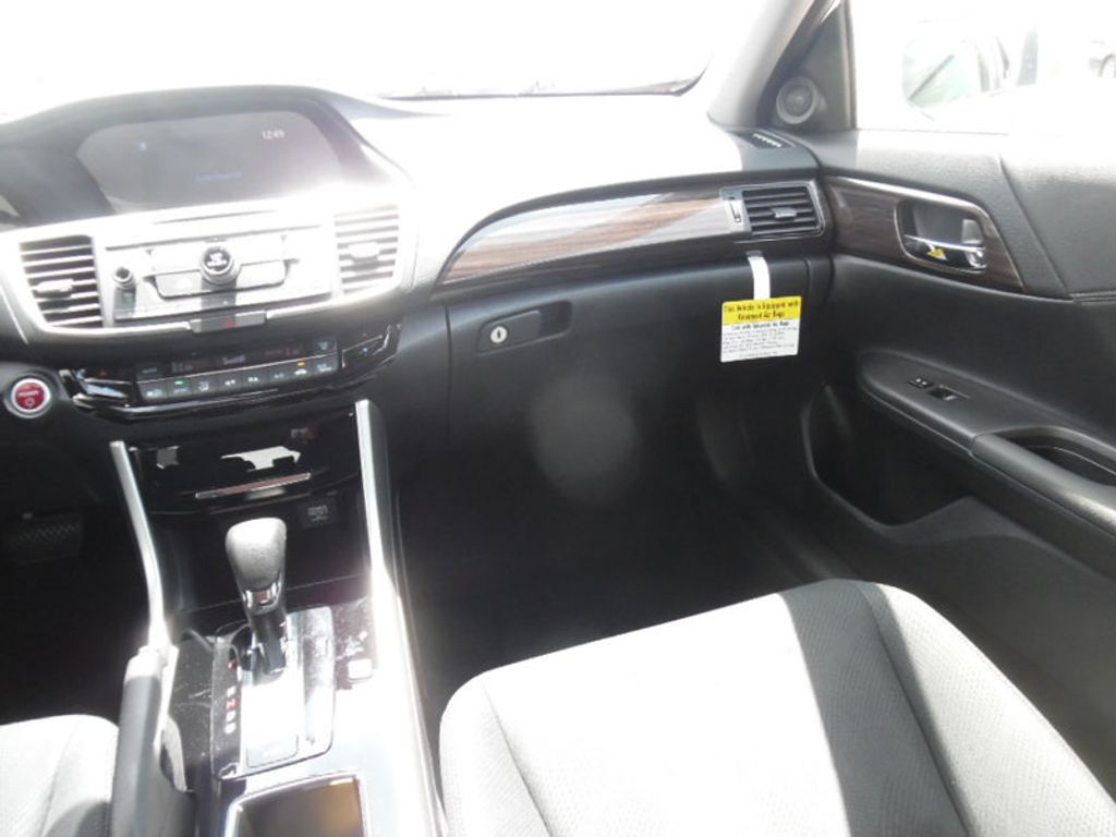 2017 Honda Accord Hybrid Sedan - 15323152 - 10