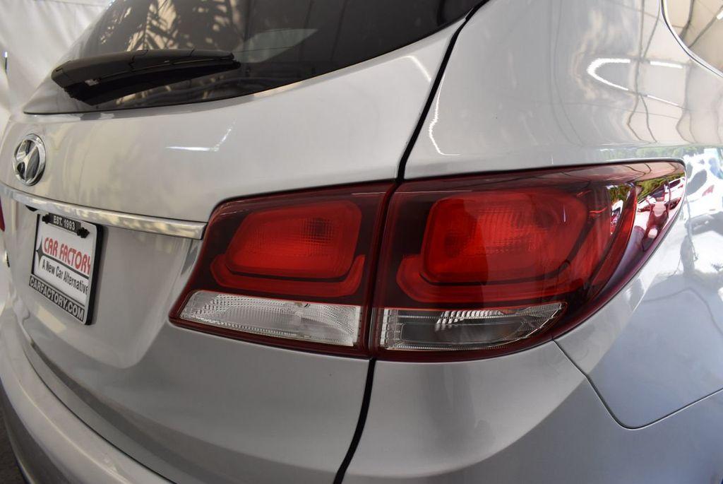 2017 Hyundai Santa Fe SE 3.3L Automatic - 18122115 - 1