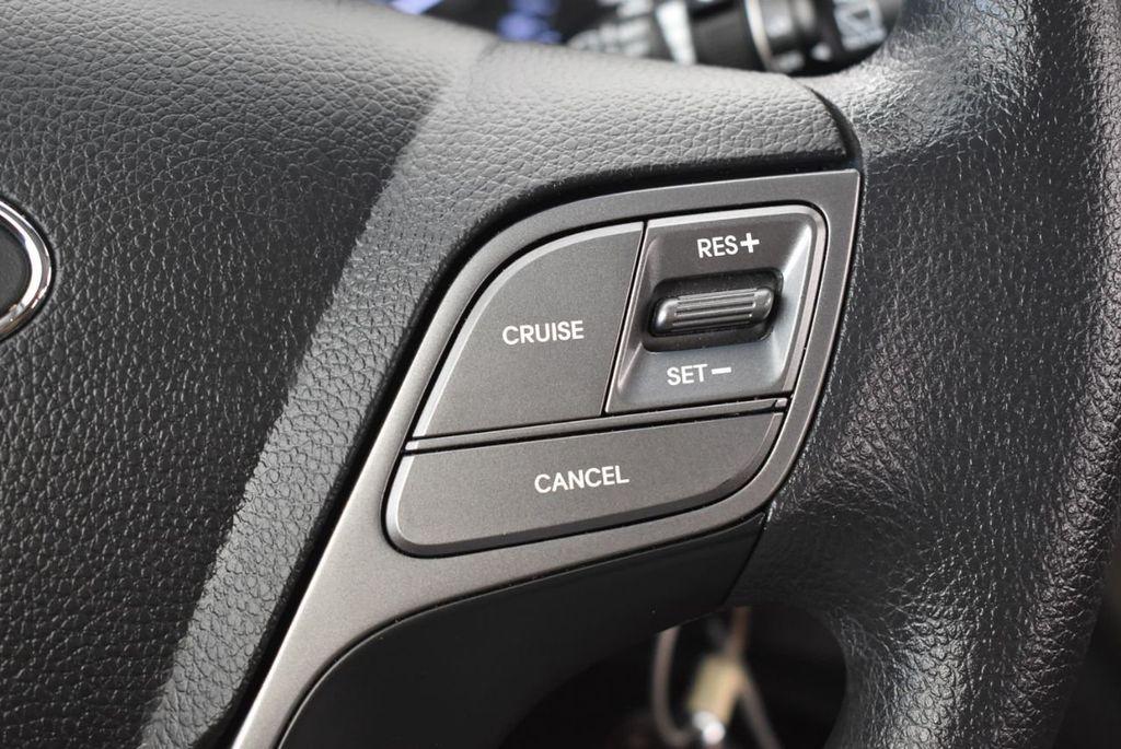 2017 Hyundai Santa Fe SE 3.3L Automatic - 18122115 - 19
