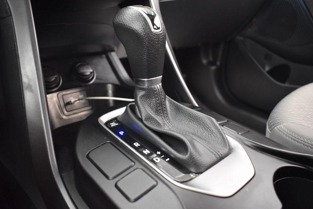 2017 Hyundai Santa Fe SE 3.3L Automatic - 18122115 - 22