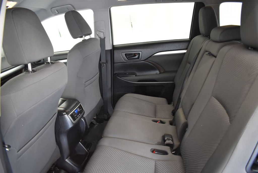 2017 Toyota Highlander LE I4 FWD - 18044376 - 9