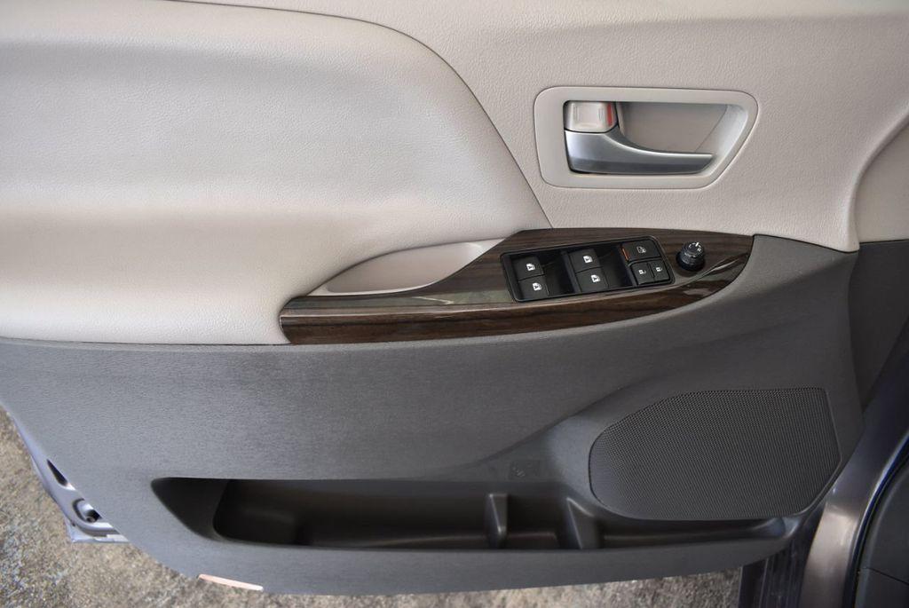 2017 Toyota Sienna L FWD 7-Passenger - 18093602 - 13