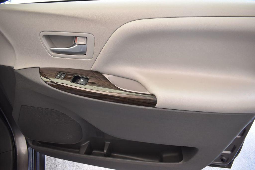 2017 Toyota Sienna L FWD 7-Passenger - 18093602 - 21