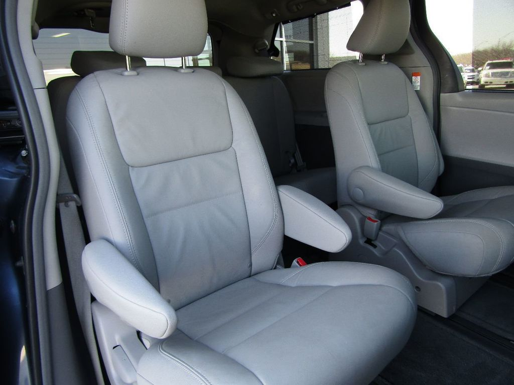 2017 Toyota Sienna XLE AWD 7-Passenger - 17589024 - 9