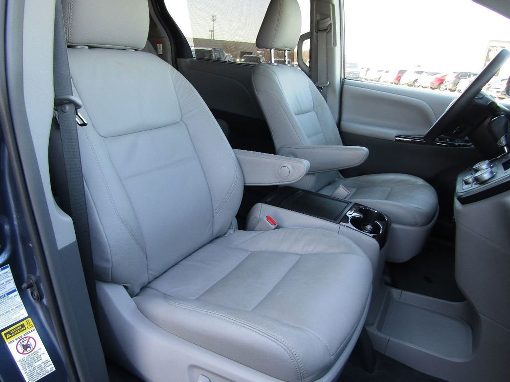 2017 Toyota Sienna XLE AWD 7-Passenger - 17589024 - 28