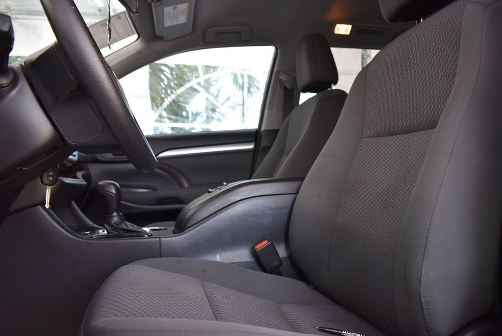 2018 Toyota Highlander LE I4 FWD - 18637837 - 11